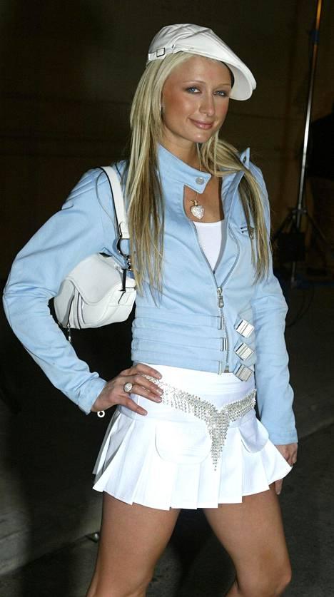 Seurapiirikaunotar Paris Hiltonin biletyyli vuonna 2003.