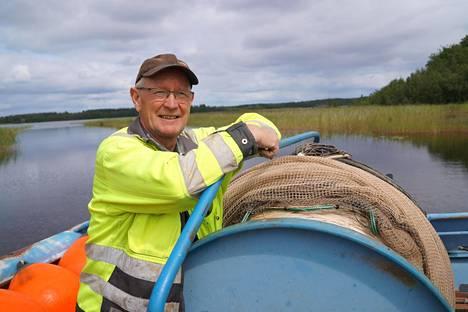 Kesällä Tarmo Tolvanen troolaa muikkua Haukivedellä. Kuva on heinäkuulta 2019.