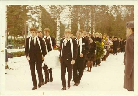 Kotkalaiset painonnostajat kantamassa Ari Kurkon arkkua Parikan hautausmaalla. Kari Kurko ensimmäisenä oikealla.