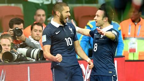 Karim Benzema ja Mathieu Valbuena (oik.) juhlivat vielä yhdessä, kun Ranska kaatoi Hondurasin 3–0 MM-kisoissa 2014.