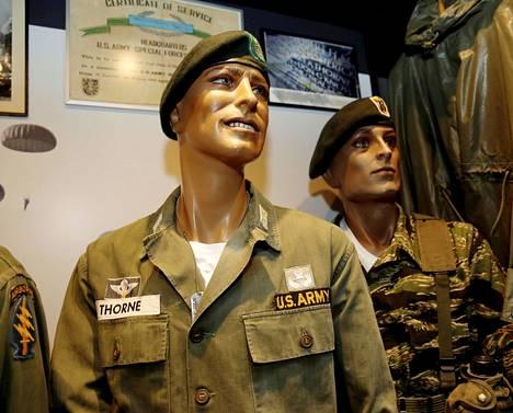 Haminan Törni-näyttelyssä on esillä vanhoja asepukuja.