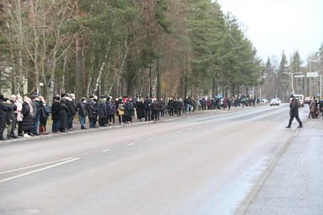 Lappeenrantalaiset seurasivat runsain joukoin Tuomas Gerdtin viimeistä matkaa.
