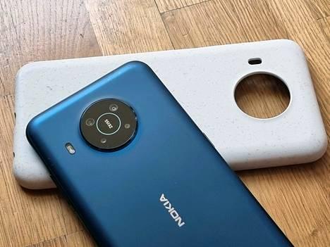 X20:n kamera on rakennettu ympyrän muotoon. Puhelimen mukana tulee muovinen suojakotelo.