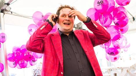 Päivänsankari Jethro Rostedt oli pukeutunut pinkkiin puvuntakkiin juhliinsa.