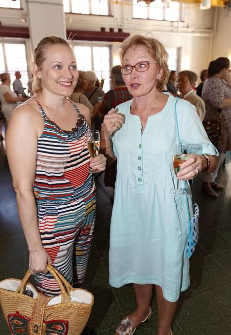 Uusi Päivä -tv-sarja teki Anu Niemestä ja Inga Sulinista ystäviä. Sulin valmistelee osaltaan oopperakonserttia Kalle Päätalosta, johon libreton teki Juice Leskinen, viimeisenä työnään. Näyttelemisen ohella Niemi pyörittää Studio Vinttiä, jossa voi harrastaa muun muassa joogaa. Sulin on Vintin vakiovieras.