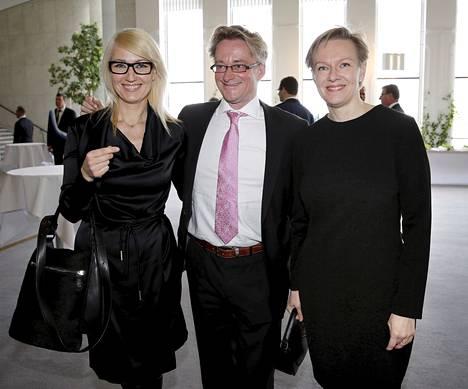 Maria Guzenina, Mikael Jungner ja Päivi Lipponen huhtikuussa valtiopäivien päättäjäisissä.