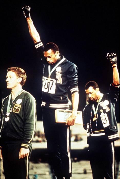 Ikoninen urheilukuva vuoden 1968 Meksikon olympialaisista on saanut 2000-luvulla uuden tarinan. Vasemmalta kuvassa Peter Norman, Tommie Smith ja John Carlos.