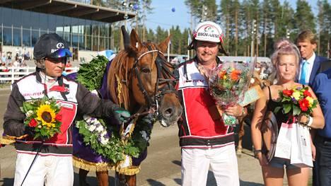 Pauli Raivio ja Henri Bollström juhlivat Suurmestaruusajon voittoa.