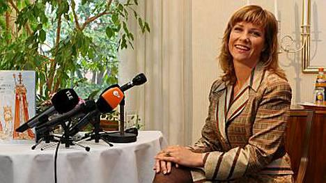 Norjan prinsessa Märtha Louise markkinoi kirjaansa Miksi kuninkaallisilla ei ole aina kruunua (Bazar 2007).