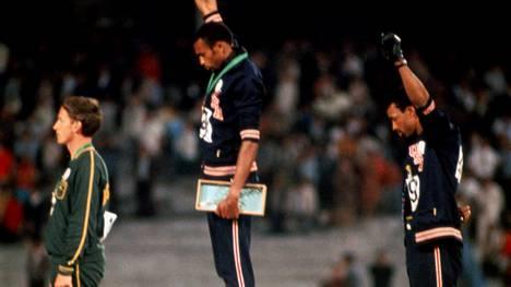Peter Norman (vas.) Meksikon olympialaisten miesten 200 metrin palkintojenjaossa vuonna 1968.