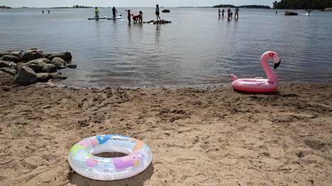 Helsingin Lauttasaaren uimaranta kesäkuun alussa. Kuvituskuva.