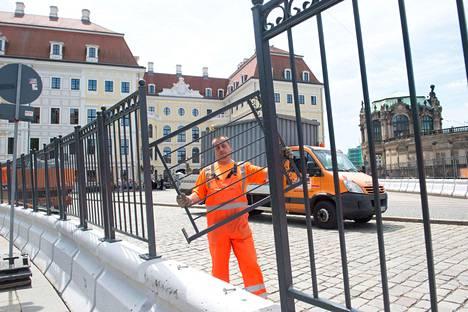 Työmiehet asensivat tiistaina aitoja Bilderberg-ryhmän kokouksen tapahtumapaikkana toimivan hotelli Taschenbergpalaisin ympärille.