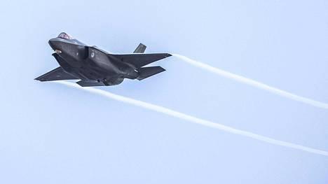 F-35 on niin sanottu viidennen sukupolven häivehävittäjä, joka on lähtökohtaisesti suunniteltu tutkassa heikosti näkyväksi. Kuvassa Hollannin ilmavoimien F-35 harjoituksissa tammikuussa.