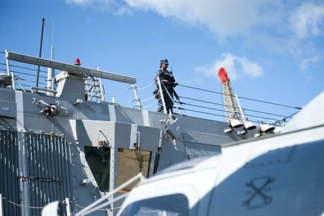 Sotilas partioi laivan kannella.