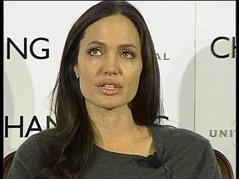 Oman äidin muisteleminen aiheutti kyyneltulvan Angelina Jolielle.