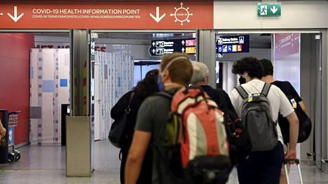 Koronaohjeistusta saapuvien lentomatkustajien aulassa Helsinki-Vantaan lentoasemalla Vantaalla 15. heinäkuuta 2021.