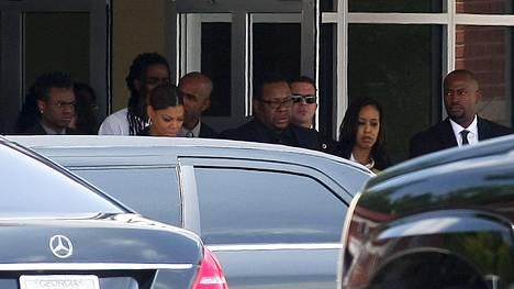 Bobby Brown (keskellä) tyttärensä Bobbi Kristinan hautajaisissa.