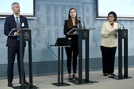 Ylilääkäri Taneli Puumalainen THL:stä (vas.), pääministeri Sanna Marin ja STM:n strategiajohtaja Liisa-Maria Voipio-Pulkki pitivät tilannekatsauksen toukokuussa 2020.