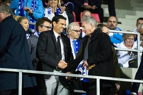 Jalkapalloväki tuli Niinistölle tutuksi hänen toimiessaan Palloliiton puheenjohtajana 2009-2012. Kuvassa hän seuraa Huuhkajien EM-karsintaottelua Ratinassa yhdessä Jari Litmasen kanssa 2019.