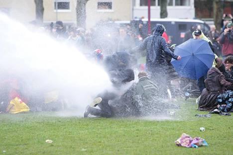 Mielenosoittajat ottivat vastaan vesisuihkun.
