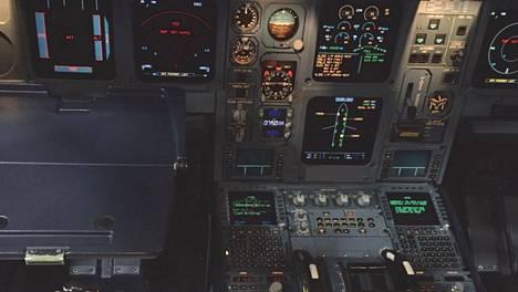 Kuvan vasemmassa laidassa näkyvälle tarjotinpöydälle asetetun kahvikupin kaatuminen johti vaaratilanteeseen lennolla viime helmikuussa.