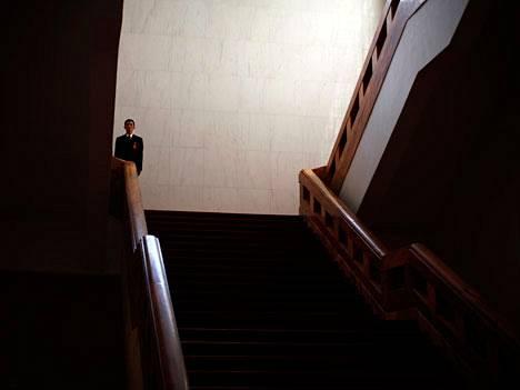 Turvamies seisoo Kiinan parlamenttitalon portaikossa kommunistisen puolueen pitäessä sisällä kansankongressiaan.