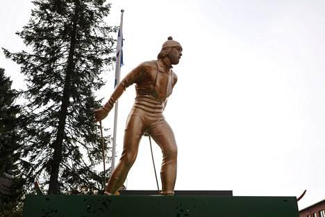 Juha Mietoa kuvaava patsas on neljä metriä korkea.