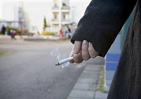 Ruotsissa tytöt alkavat tupakoida nuorempina kuin monissa muissa maissa.