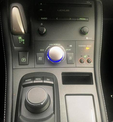 Keskikonsolin keskellä on ajotilan valitsin. Vaihtoehtoja on kolme: eko, normaali ja urheilullinen. Oikeassa reunassa näkyvillä, pikkuruisilla painikkeilla säädetään etuistuinten lämmitystä.