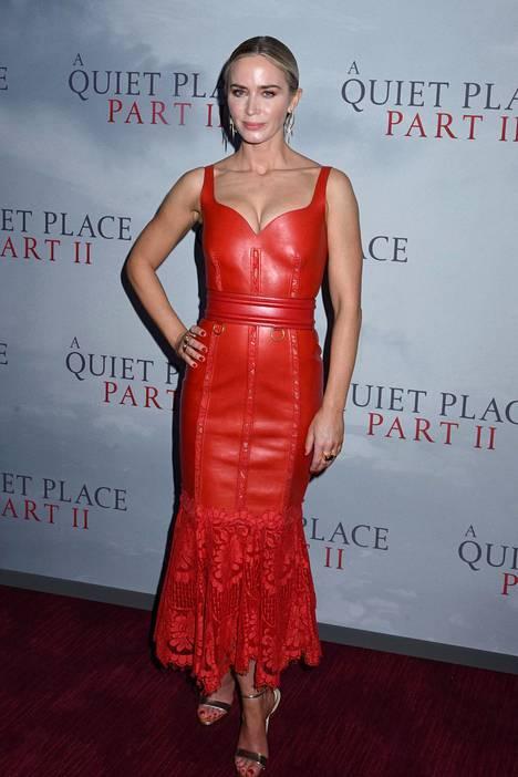 Emily Blunt valitsi ylleen elokuvan ensi-iltaan pitkän punaisen nahkamekon.