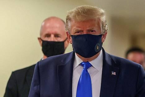 Trump käytti kasvomaskia lauantaina.
