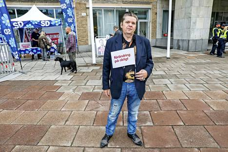 Elvis Andersson asuu Göteborgin Frölundassa, jossa nuorisojoukko poltti kymmeniä autoja elokuun puolivälissä.