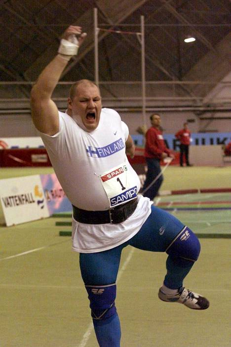 Halvari oli hurjassa talvikunnossa olympiavuonna 2000, jolloin hän työnsi hallissa 22,09. Se on edelleen voimassa oleva Pohjoismaiden ennätys ja jolla Halvari on sisäratojen kaikkien aikojen tilastossa 11:ntenä.