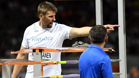 Antti Ruuskanen yritti selittää toimitsijalle keihäsfinaalin viimeisen kierroksen sekaannusta.