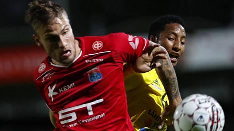 Erik Törnros (vas.) pelasi kaudella 2016 neljä liigaottelua PS Kemin paidassa.