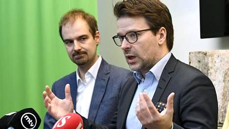 Vihreiden puheenjohtaja Ville Niinistö (edessä) ja puoluesihteeri Lasse Miettinen kommentoivat vihreiden kuntavaalitulosta tiedotustilaisuudessa tänään.