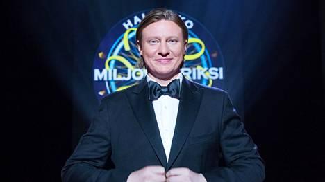 Jaajo Linnonmaa on juontanut Haluatko miljonääriksi -ohjelmaa vuodesta 2016.