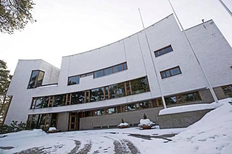 Valtion vierastalo seisoo jykevänä Helsingin Munkkiniemessä.