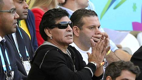 Diego Maradona (kesk.) ei arvosta Alejandro Sabellaa.
