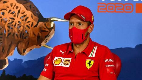 Sebastian Vettel maski kasvoilla Red Bull Ringin lehdistötilaisuudessa Spielbergissä Itävallassa.