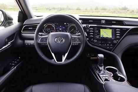 Ohjaamo on rakennettu selkeästi kuljettajan ympärille. Kokonaisuus on suhteellisen selkeä, ja ergonomiakin on ok. Laatuvaikutelma on kaikkiaan hyvä.