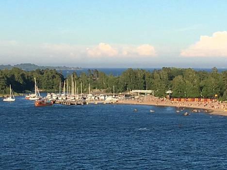 Tältä näytti keskikesän juhla Pihlajasaaren rannassa.