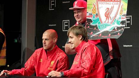 Martin Skrtel (vas.) ja Sebástian Coates poseeraamassa Liverpool-kannattajan kanssa.