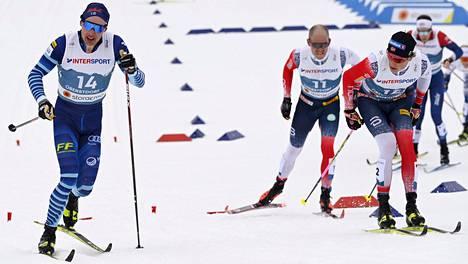 Iivo Niskanen kiihdytti kärkijoukon takaa-ajoon suksienvaihdon jälkeen 50 kilometrin MM-kisassa sunnuntaina.