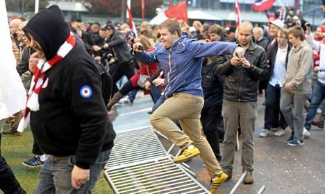 Aidat kaatuivat, kun HIFK:n fanit ryntäsivät kentälle juhlimaan voittoa FC Jazzista ja samalla nousua Veikkausliigaan.