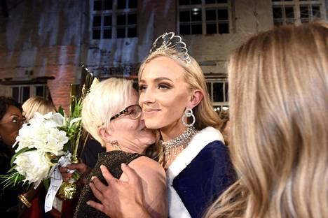 Tuore Miss Suomi halaa äitiään Päivi Harjunpäätä kilpailun ratkettua.