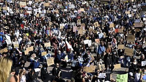 Black Lives Matter -mielenosoitus keräsi runsaasti ihmisiä Senaatintorille.