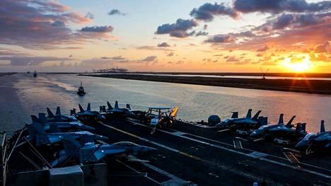 Yhdysvaltain lentotukialus USS Abraham Lincoln eteni viikko sitten Suezin kanavassa ollessaan matkalla kohti Persianlahtea.