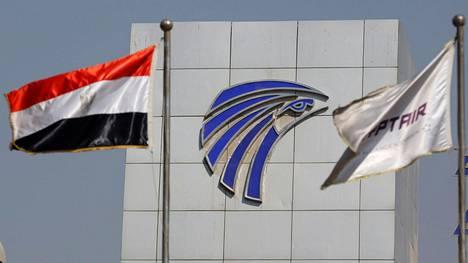 Egyptin ja lentoyhtiö EgyptAirin liput liehuivat Kairon lentokentän edustalla torstaina.