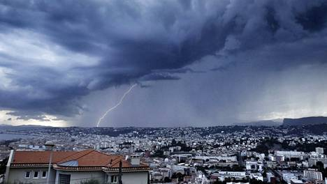 Pilviä Nizzan yllä Ranskan Rivieralla.